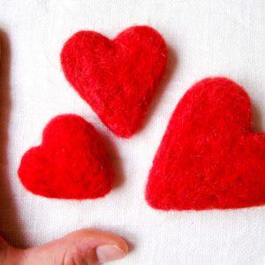czerwone filcowane serca