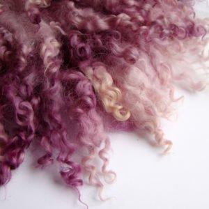 fioletowy kudłaty filcowy kocyk zlokami
