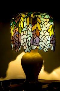 Stołowa lampa witrażowa zmotywem roślinnym.