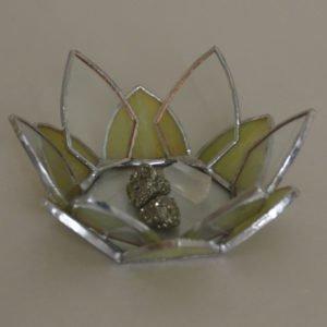 Witrażowa miseczka nadrobiazgi inspirowana kwiatami wodnymi.
