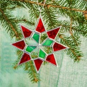 Mała szklana świąteczna gwiazdka wdwóch kolorach.