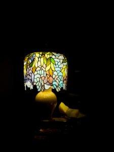 Witrażowa lampa stołowa wstylu Tiffany.
