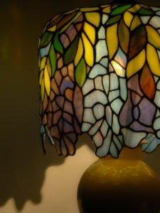 Ozdobny klosz szklanej witrażowej lampy wstylu Tiffany.