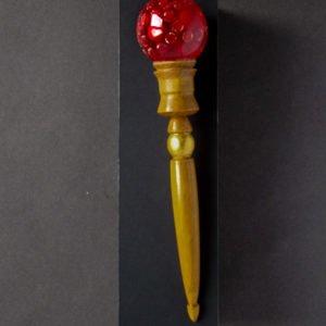 wrzeciono doprzędzenia wełny zezłotem iczerwoną kulką napudełku