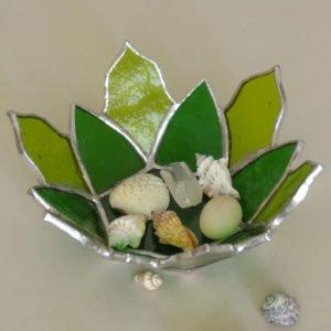 Witrażowy świecznik wkształcie zielonego kwiatu lotosu.